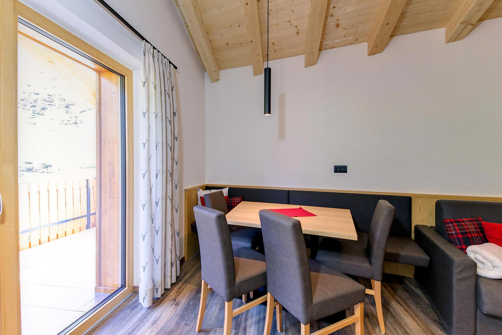 View of the dining table in one of the holiday homes of the Residence Marteshof